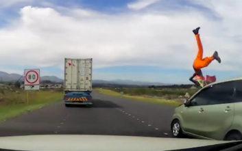 Τρομακτικό ατύχημα με αυτοκίνητο που κάνει προσπέραση και εκτοξεύει εργάτη στο δρόμο
