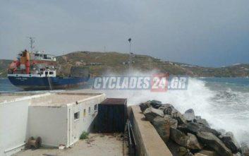 Συναγερμός στη Σέριφο με φορτηγό πλοίο, του έσπασαν οι κάβοι