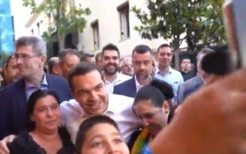 Η selfie του πρωθυπουργού με μια οικογένεια Ρομά στη Λαμία