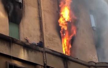 Άνδρας κρεμάστηκε σε περβάζι για να σωθεί από το φλεγόμενο διαμέρισμά του