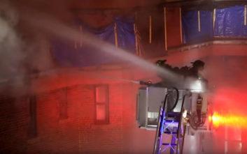 Πυροσβέστες που προσπαθούν να σβήσουν φωτιά παλεύουν… με το νερό που τους ρίχνουν συνάδελφοί τους