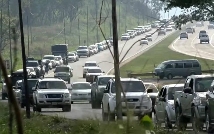 Ουρές χιλιομέτρων και αναμονή… 24 ωρών για ανεφοδιασμό βενζίνης στη Βενεζουέλα