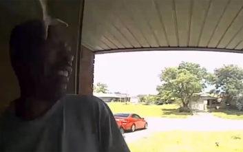 Χτύπησε την πόρτα του παιδικού του φίλου και ένα φίδι τον δάγκωσε στο πρόσωπο