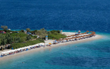 Η εξωτική παραλία στο μικρό νησάκι των Σποράδων