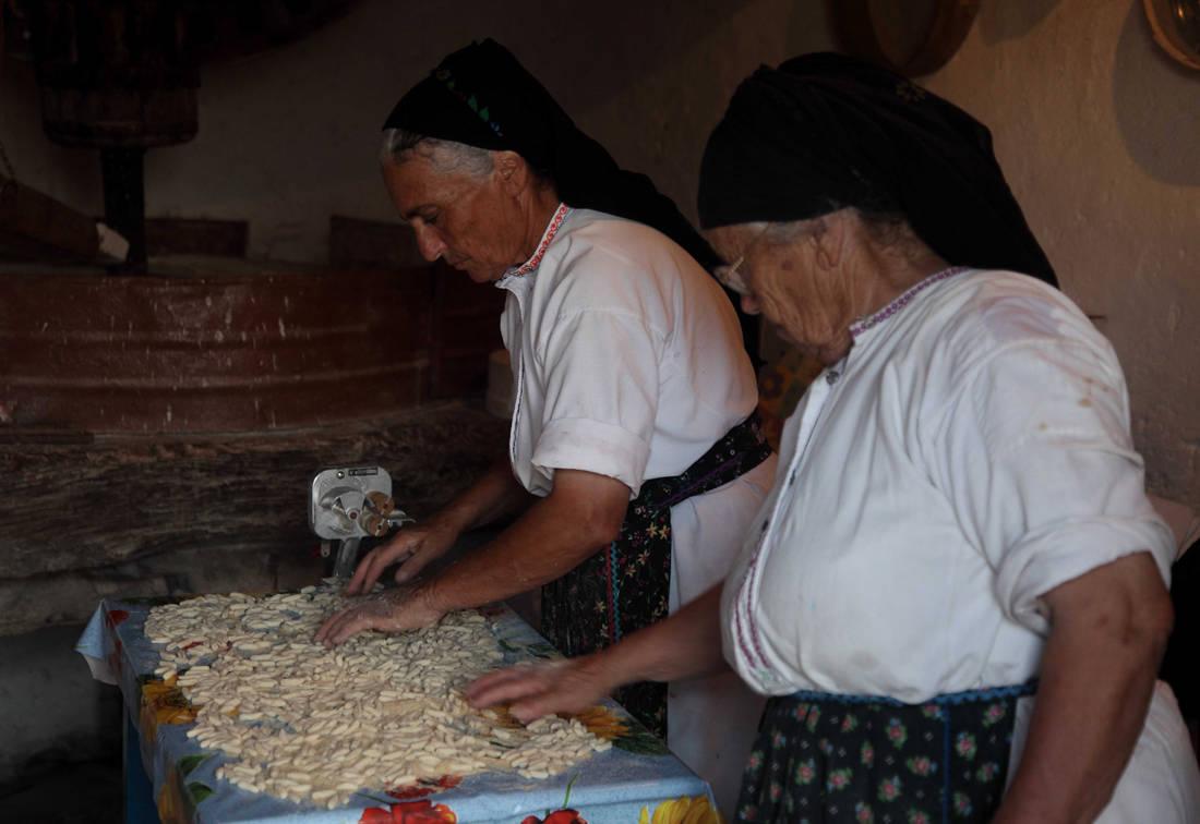 Το ορεινό χωριό της Καρπάθου όπου «το πάνω χέρι έχουν οι γυναίκες» – Newsbeast