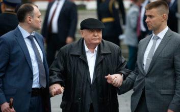 Υποβασταζόμενος ο Γκορμπατσόφ στην παρέλαση για τη νίκη επί των Ναζί