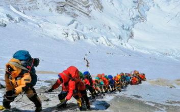 Τι φταίει για τους θανάτους ορειβατών στην ψηλότερη κορυφή του κόσμου