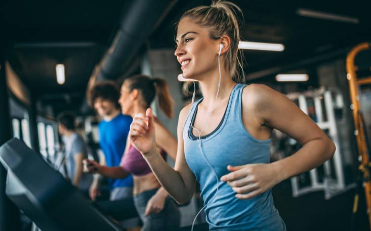 Έβλεπε γυναίκα να κάνει άσκηση στο γυμναστήριο και αυνανιζόταν δίπλα της