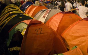 Συμβασιούχοι έστησαν σκηνές έξω από τα γραφεία του ΣΥΡΙΖΑ στην Πάτρα
