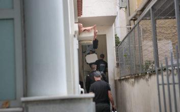 Τραγωδία στην Καλλιθέα: Ο ύποπτος που ανακρίνουν οι αστυνομικοί