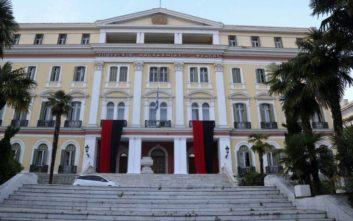 Το υπουργείο Μακεδονίας Θράκης βάφτηκε κόκκινο και μαύρο για τη Γενοκτονία των Ποντίων