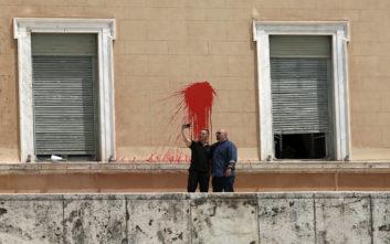 Επίθεση με μπογιές στη Βουλή: Η σέλφι Κασιδιάρη - Παναγιώταρου με φόντο το κόκκινο