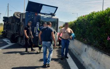 Φωτογραφίες από το τροχαίο με κλούβα της Αστυνομίας στην Κόρινθο