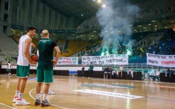 Basket League: Πανό εναντίον του Ολυμπιακού και ένα κοτόπουλο στο άδειο ΟΑΚΑ