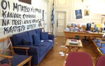 ΑΣΟΕΕ: Άγνωστοι εισέβαλαν στο γραφείο του πρύτανη και έγραψαν συνθήματα