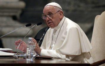 Οργή του Πάπα για τις «άθλιες» απειλές εναντίον μιας οικογένειας Ρομά