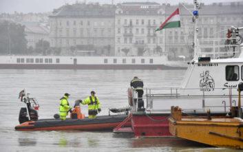Επιχείρηση ανέλκυσης του τουριστικού σκάφους που ναυάγησε στον Δούναβη