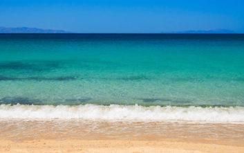 Η παραλία της Νάξου με τα κρυστάλλινα νερά