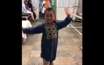Ο μικρός ήρωας από το Αφγανιστάν που έγινε viral