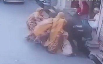 Μαινόμενος ταύρος πέφτει πάνω σε γυναίκα που κρατάει το μωρό της