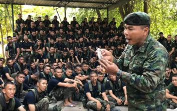 Αξιωματικός του στρατού έφαγε σαύρα για να δείξει το καλό παράδειγμα στους στρατιώτες