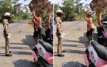 Πιτσιρικάδες οδηγούσαν χωρίς κράνος και ο τροχονόμος τους τιμώρησε με… γυμναστική