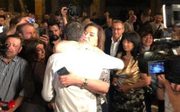 Η αγκαλιά της Ντόρας Μπακογιάννη στον γιο της: Συγχαρητήρια αγόρι μου!