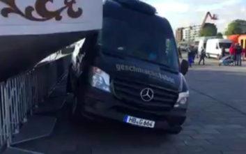 Η στιγμή που ένα τεράστιο ιστιοφόρο πέφτει πάνω σε μίνι λεωφορείο