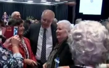 Γυναίκα πέταξε αυγό στο κεφάλι του Αυστραλού πρωθυπουργού