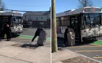 Σήκωσε το ΑΤΜ και περίμενε υπομονετικά να το βάλει στο λεωφορείο