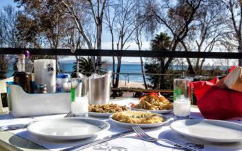 Πού θα φάτε νόστιμους μεζέδες με θέα θάλασσα