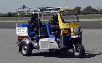 Έσπασε το ρεκόρ ταχύτητας με… τρίκυκλο ταξί της Μπανγκόκ