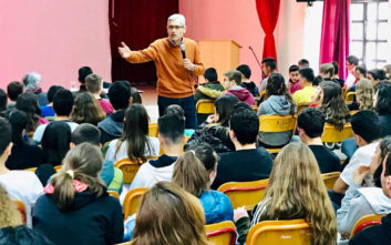 Ομιλία του Άγγελου Τσιγκρή για τον σχολικό εκφοβισμό σε σχολεία της Αιγείρας