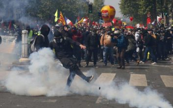 Χάος στο Παρίσι, συγκρούσεις και δακρυγόνα ανήμερα της Πρωτομαγιάς
