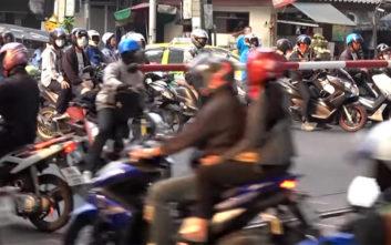 Tο αδιανόητο χάος που επικρατεί στις σιδηροδρομικές διαβάσεις της Ταϊλάνδης