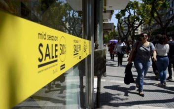 Ενδιάμεσες εκπτώσεις: Ανοιχτά την Κυριακή τα καταστήματα