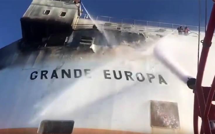 Βίντεο από τις προσπάθειες κατάσβεσης της φωτιάς σε φορτηγό πλοίο στην Ισπανία