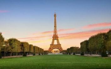 Ένα τεράστιο καταπράσινο πάρκο στον Πύργο του Άιφελ