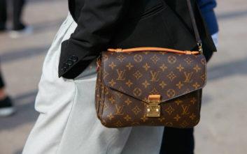 Ο «διακριτικός πλούτος» και πώς συνδέεται με το λογότυπο στα ρούχα