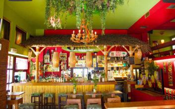 Τα εξωτικά bar της πόλης που ταξιδεύουν σε μέρη μακρινά