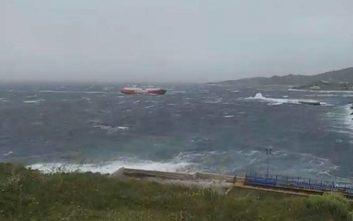 Η μάχη πλοίου με τα κύματα έξω από το λιμάνι της Τήνου