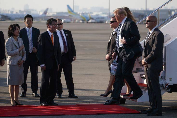 Μελάνια και Ντόναλντ Τραμπ έφτασαν με το Air Force One στο Τόκιο