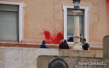 Φωτογραφίες από την επίθεση του Ρουβίκωνα με μπογιές στη Βουλή