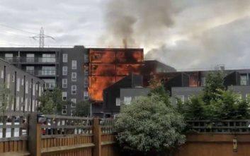 «Κόλαση» φωτιάς σε πολυκατοικία στο ανατολικό Λονδίνο