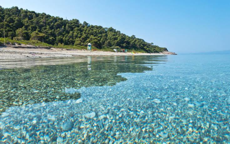 Η εξωτική παραλία της Σκοπέλου με τα γαλαζοπράσινα νερά