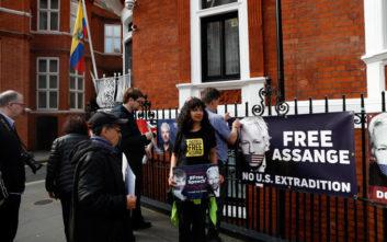 Τζούλιαν Ασάνζ: Δικαστήριο απέρριψε αίτημα να τεθεί υπό κράτηση ερήμην για βιασμό