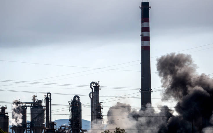 Τεράστιο νέφος καπνού κοντά στο Γιβραλτάρ από πυρκαγιά σε εργοστάσιο χημικών