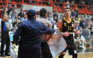 Basket League: Οπαδός της ΑΕΚ μπήκε... βόλτα μέσα στο παρκέ