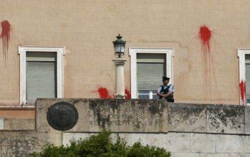 Επίθεση με μπογιές στη Βουλή: Ελεύθερος με εγγύηση 30.000 ευρώ ο δεύτερος κατηγορούμενος