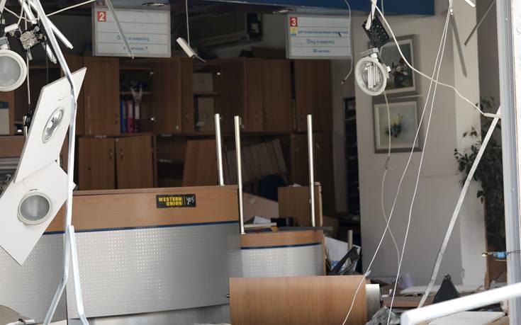 Εικόνα διάλυσης στο κατάστημα των ΕΛΤΑ στην Κερατέα μετά την έκρηξη στο ΑΤΜ